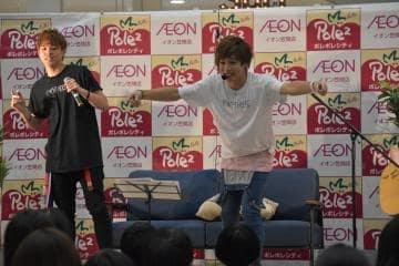 「ADACHI HOUSE」でのライブで熱唱する安達勇人さん(右)と加藤良輔さん=笠間市赤坂