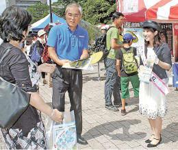 神戸市の観光情報などをアピールする松永さん(右)ら