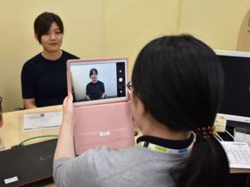 延岡市が始めた、職員によるタブレット端末を使ったマイナンバーカードの申請補助