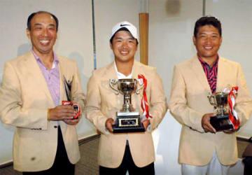 初優勝した伊藤(中央)とベストアマを受賞した村田(右)ベストシニアに輝いた岸本(左)=甲賀カントリー倶楽部