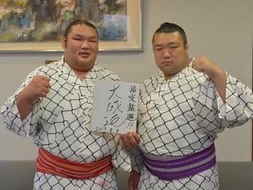 新十両昇進を決め、さらなる成長を誓った大成道(左)と兄の笹山=9日午後、八戸市の東奥日報社八戸支社