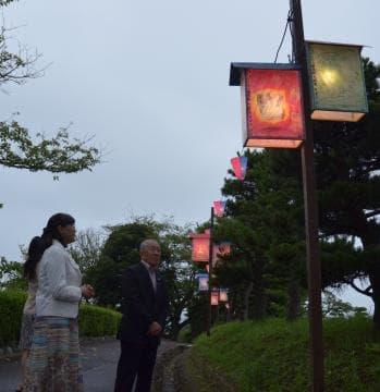 「日立あんどんまつり」のこどもあんどん絵画コンテストで作品を見つめる審査員=日立市宮田町