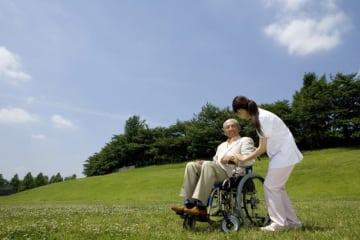 公的な介護保険には40歳以上の人が加入しますが、いざ介護が必要になった時、それで足りるのでしょうか。