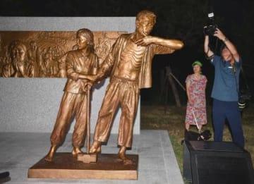 韓国・仁川の公園に設置された徴用工の像=12日(共同)