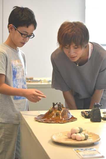 入選者と懇談する声優・俳優の安達勇人さん(右)=笠間市笠間の県陶芸美術館県民ギャラリー