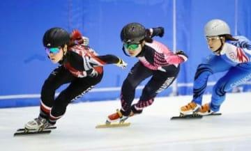 公開練習するスピードスケート・ショートトラック女子の(左から)菊池純礼、渡辺碧=長野県南牧村