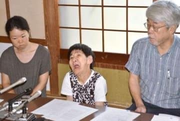 「水銀に関する水俣条約」の発効を受け、記者会見する胎児性水俣病患者の坂本しのぶさん(中央)=16日午前、熊本県水俣市