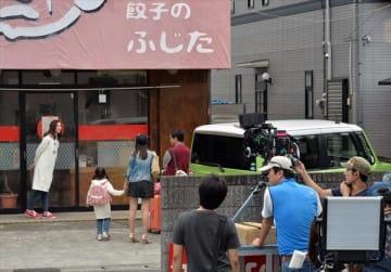 宇都宮市内で撮影が始まった映画「キスできる餃子」=17日午後3時40分、宇都宮市内