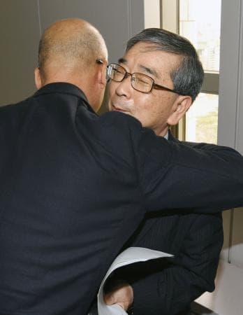 5月、ソウル高裁で無罪判決を受け、友人から祝福される徐聖寿さん(右)(共同)