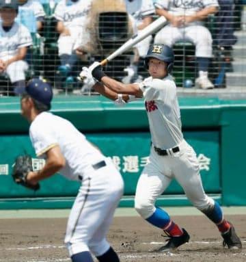 前橋育英―花咲徳栄 4回表花咲徳栄無死一、三塁、西川が右越えに2点二塁打を放つ。投手皆川=甲子園