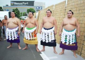 大相撲の夏巡業で、記念撮影に応じる(左から)稀勢の里、日馬富士、白鵬、鶴竜の4横綱=23日、東京・お台場