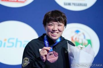 世界選手権初のメダルににっこりの鈴木博恵(クリナップ)=撮影・保高幸子