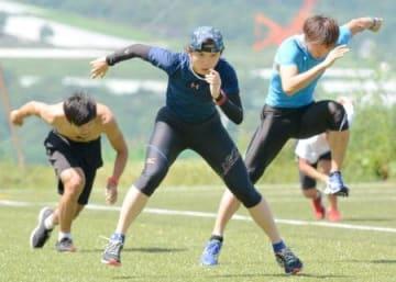 トレーニングに励む高木美帆(中央)=長野県の菅平高原