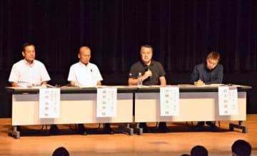 タウンミーティングの出席者と意見交換するJFAの田嶋会長(右から2人目)ら=新富町文化会館