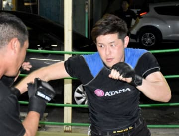 修斗の全日本選手権で、プロの夢をかなえるために上位入賞を目指す一水さん(右)