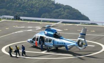 伊方原発でのサイバー攻撃の対応訓練に、ヘリコプターで応援に駆け付けた香川県警=28日午後、愛媛県伊方町