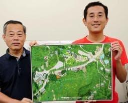 六甲山記念碑台周辺の鳥瞰図を作製した青山大介さん(右)と六甲山専門学校の前田康男さん=神戸市中央区