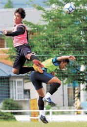 練習で高い跳躍力を見せる仙台大の鳴海(左)=28日、宮城県柴田町の仙台大グラウンド