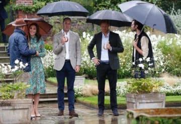 30日、英ロンドンのケンジントン宮殿のダイアナ記念庭園を訪れた(右2人目から)ヘンリー王子、ウィリアム王子と妻キャサリン妃(AP=共同)