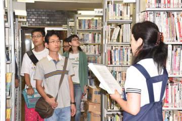 閉館を前に、読書愛好家らが閉架書庫などを見て回った図書館内ツアーファイナル