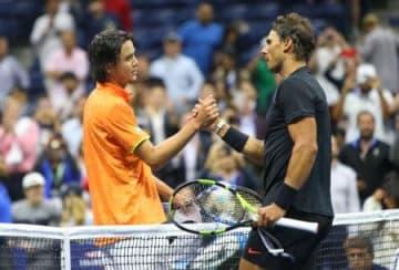 全米テニス2回戦。試合を終え、握手を交わすダニエル太郎(左)とラファエル・ナダル=31日、ニューヨーク(USA TODAY・ロイター=共同)