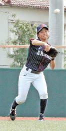練習試合で遊撃の守備に入り、軽快に打球を処理する阿部=8月29日、川崎市内