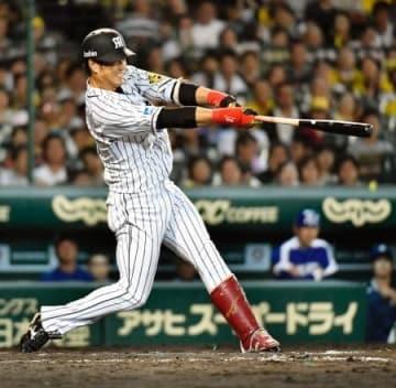 8回阪神1死一塁、中谷が左越えに逆転2ランを放つ=甲子園