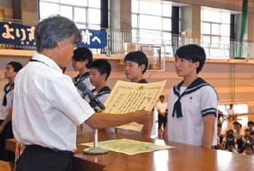 始業式で全国大会優勝の表彰を受ける剣道部女子=佐賀市立大和中学校