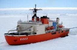神戸港に寄港する南極観測船「しらせ」