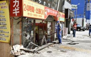 車が突っ込みガラスが割れた店舗=2日午後0時58分、東京都豊島区