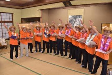 平均年齢78歳の男声合唱団「おっつあんず」。振り付きの歌もある=桜川市友部