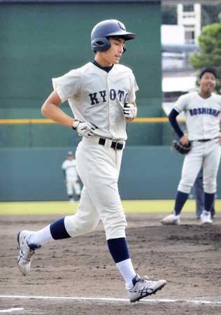 4回京大1死、高橋が右翼線に本塁打を放ち生還する(皇子山)