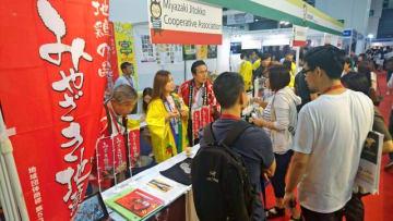 試食などでPRするみやざき地頭鶏事業協同組合や県の担当者たち=5日午後、香港(同組合提供)