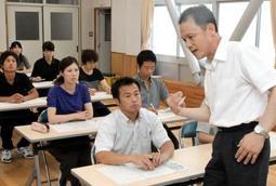 身ぶりを交えて熱弁を振るう大西義則校長(右端)=小野市天神町、小野東小学校