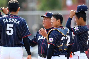 侍ジャパンU-18代表・小枝守監督とマウンドに集まるナイン【写真:Getty Images】