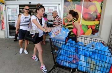 5日、米フロリダ州で新たなハリケーンに備え買い出しに来た人(AP=共同)