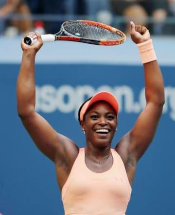 女子シングルスで準決勝進出を決め、喜ぶスローン・スティーブンス=ニューヨーク(ゲッティ=共同)