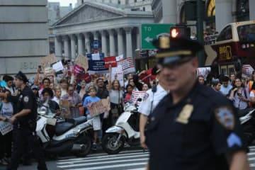5日、米ニューヨークでトランプ政権の移民政策に反対し、抗議する人々(ゲッティ=共同)
