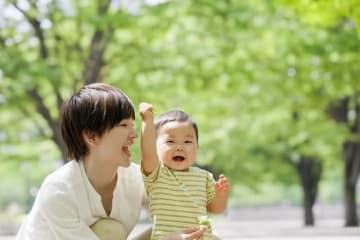 子どもが原則1歳の誕生日前日まで、育児介護休業法による育児休業を年次有給休暇とは別に取ることができ、その間育児休業給付金が支給されます。