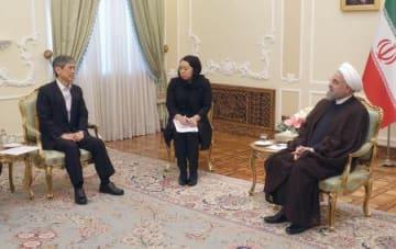 イランのロウハニ大統領(右)と会談する自民党の高村副総裁=6日、イラン大統領府(代表撮影・共同)
