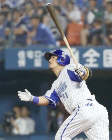 11回DeNA無死、宮崎が左越えにサヨナラ本塁打を放つ=横浜