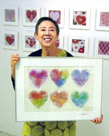 ハートをテーマにした作品を手にする小林さん(京都市中京区・メディアショップギャラリー)