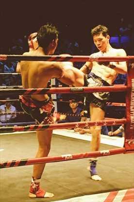 プロデビュー戦でタイ人選手相手に戦う吉田選手(右)(提供写真)