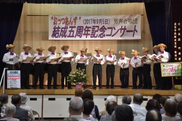 観客を前に熱唱する「おっつあんず」のメンバー=桜川市東桜川
