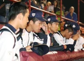 カナダに敗れ、ぼうぜんとする徳山(左から2人目)らU―18日本代表=サンダーベイ(共同)