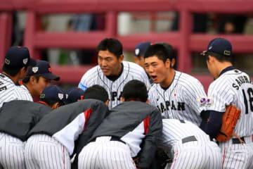 豪州戦で清宮を中心に円陣を組む侍U-18代表選手たち【写真:Getty Images】