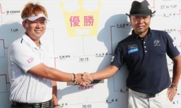 決勝進出を決め、握手を交わすH・W・リュー(左)と片山晋呉=浜野GC