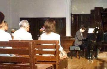大阪市中央区の教会で開かれた、松本俊明さんによるチャリティーコンサート=9日午後