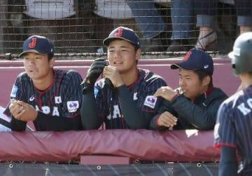 韓国に敗れて決勝進出を逃し、さえない表情の清宮(中央)ら=サンダーベイ(共同)