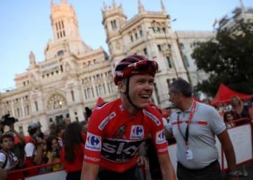 ブエルタ・ア・エスパーニャ最終ステージ、初の総合優勝を目前に笑顔でマドリードの街中を走行するクリストファー・フルーム=10日(ロイター=共同)
